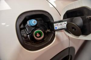 La presa di carica del metano è posizionata vicino a quella della benzina