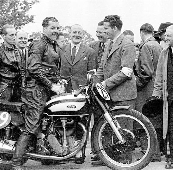 """Het motorblok was voorzien van een koningsas en twee kleppen per cilinder. Het was een fraai ontwerp, maar zou een jaar later in de schaduw komen te staan van het nieuwe racemotorblok met dubbele bovenliggende nokkenassen. De """"Garden Gate"""" fabrieksracer maakte zijn debuut tijdens de Zwitserse Grand Prix in Bern op 3 mei 1936. Jimmy Guthrie won zowel de 350cc als de 500cc race met de nieuwe Norton racer en vestigde ook een nieuw ronderecord van 146,72 km/uur! Guthrie zette een ongelooflijk goede prestatie neer, hij versloeg bijvoorbeeld Otto Ley op een 500cc boxer B.M.W. fabrieksracer met supercharger!"""