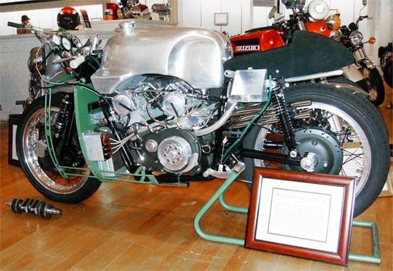 De Moto Guzzi V8 was vroeger al zeldzaam, nu zien we hem alleen nog maar tijdens speciale evenementen en in het museum