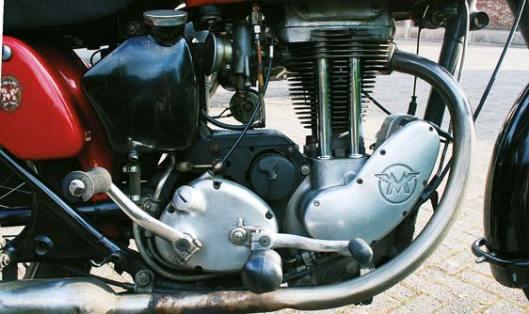 Vanaf 1952 staat de magneto voor het motorblok