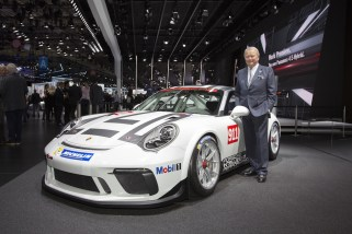 Autosalon Paris 2016: Dr. Wolfgang Porsche, Vorsitzender des Aufsichtsrats der Porsche AG, am neuen 911 GT3 Cup 9277: Paris Motor Show 2016: Dr. Wolfgang Porsche, Chairman of the Supervisory Board of Porsche AG, with the new 911 GT3 Cup
