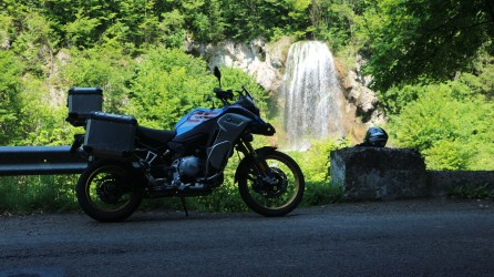 BMW F850GS Adventure Rallye in drum spre cascda