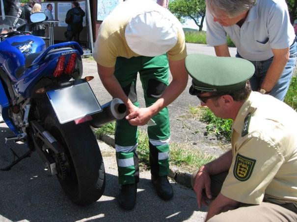 """Und er ist nicht drin: Polizeibeamte finden hier keinen Endschalldämpfer """"DB-Eater""""."""