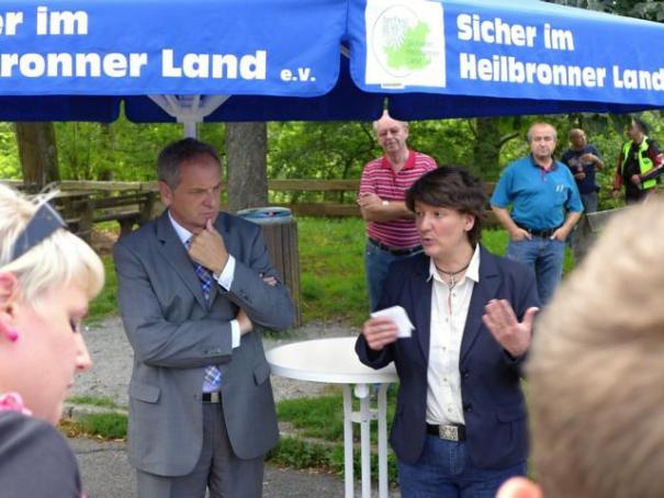 Gegen Motorradlärm: Staatssekretärin Dr. Gisela Splett und Minister Reinhold Gall