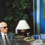 """Enzo Ferrari schaut auf das Bild seines Sohnes Alfredo """"Dino"""" Ferrari , Foto Günther Schäfer"""