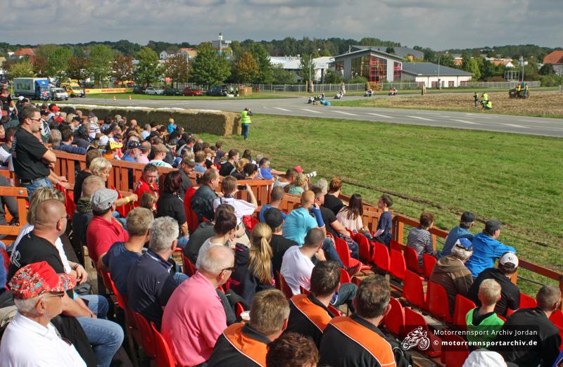 Erstmals stand beim Frohburger Dreieckrennen 2013 sogar eine Tribüne zur Verfügung. 2014 wurde in Zusammenarbeit mit Sponsoren auf drei mobile Tribünen mit insgesamt 600 Sitzplätzen aufgestockt