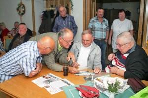 Werner Reiß, Wolfgang Wirth, Stromhardt Kraft und Bernd Bammler (v.l.) tauschten u.a. Erinnerungen an die Rennen auf dem alten Sachsenring aus.