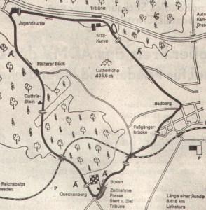Der alte Sachsenring, wie er zwischen 1927 und 1990 einmal jährlich gefahren wurde. Besonders die Stadtdurchfahrt vor dem Badberg und die Waldpassage zwischen Jugendkurve und Queckenberg hatten es in sich.