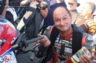 ...im zweiten IRRC-Rennen kämpfte er sich mit losem Lenkerstummel auf Platz 4 ins Ziel.