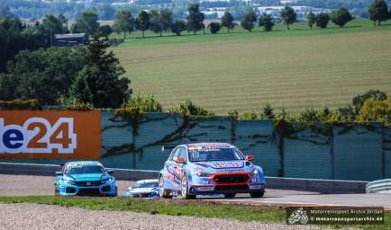 Luca Ensgtler gewann alle drei (!) Restarts des unterbrechungsreichen Rennens und fuhr den Sieg bei der ADAC TCR Germany ein.