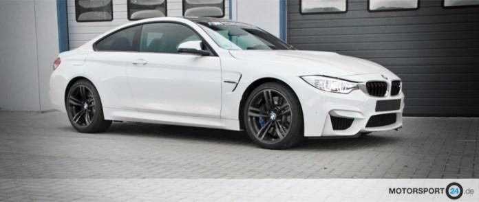 BMW M4 steht vor der Werkstatt