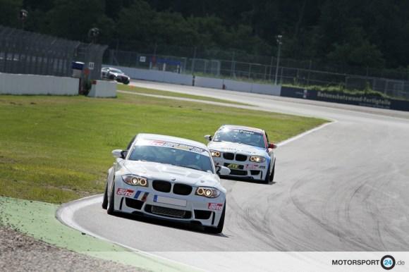 Zwei BMW 1M in weiß fahren auf dem Hockenheim Ring