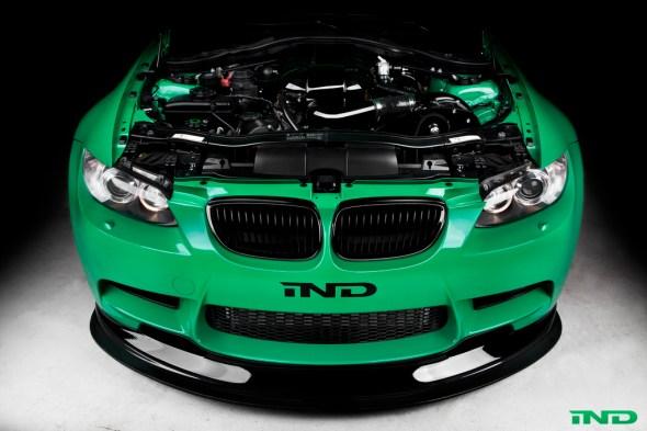 Frontansicht auf einen grünen BMW M3 E92 mit ESS Kompressor