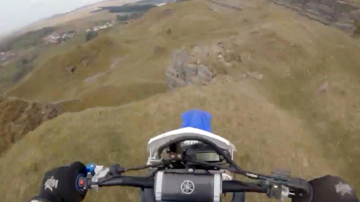 Piloto de motocross sobrevive a queda em penhasco.