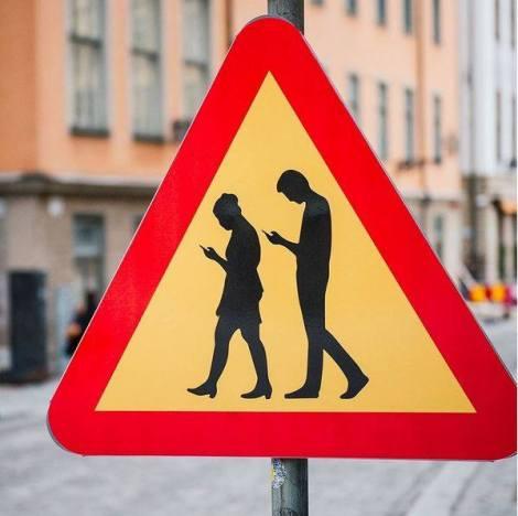 Znak ustawiony przez artystę w Sztokholmie