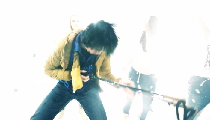He plays ze ski poles like ein guitar! How komisch!