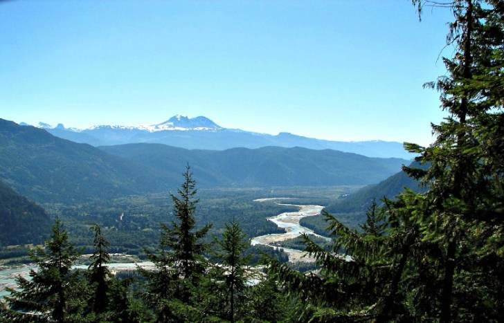 Looking southward up the Squamish valley from the Sigurd Ck trail lookout. Mount Garibaldi can be seen prominently in the background. Photo by McKay Savage, via Wikimedia Commons.
