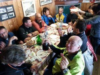 Al rifugio Cometti, finalmente le gambe sotto il tavolo