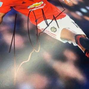 authentically-signed-marcus-rashford-photograph-up-close