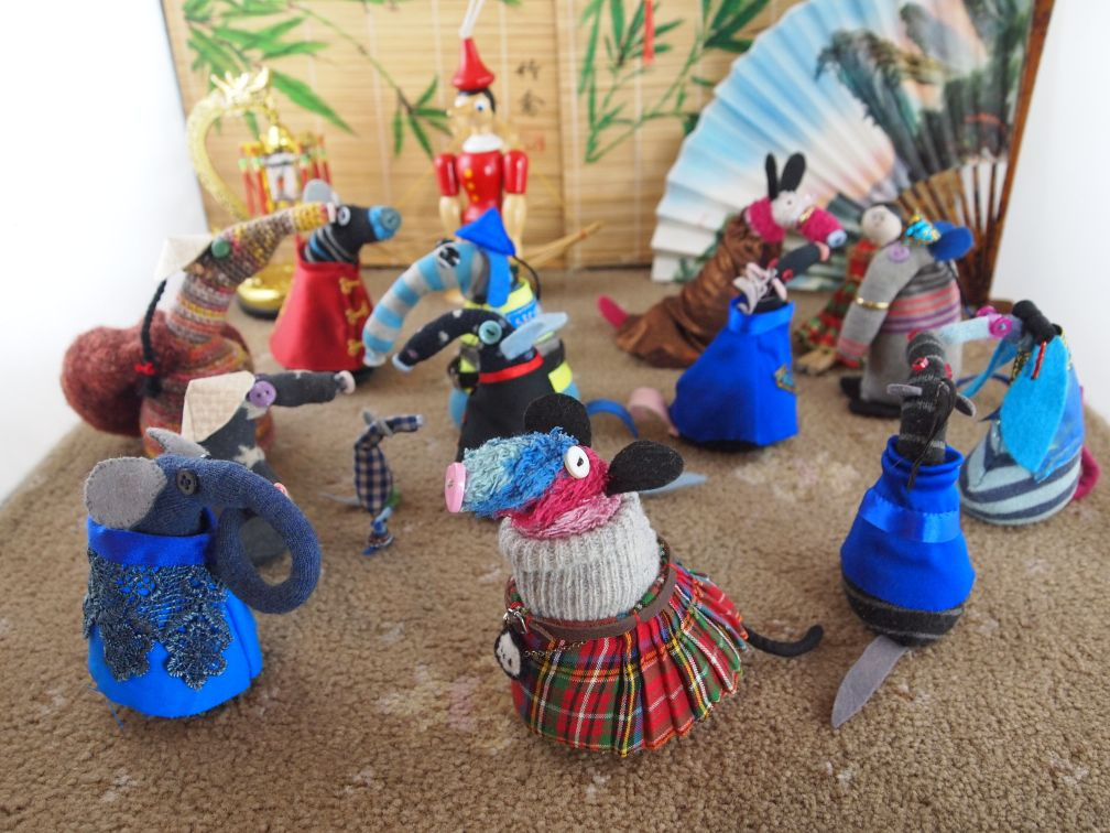 Ratvaark and friends are gathered in a room with Chinese décor. Ratvaark wears a kilt, the others wear Chinese outfits