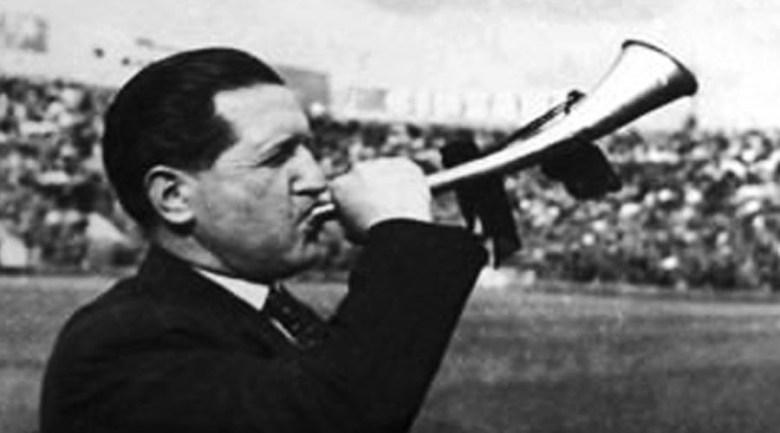 Oreste Bolmida e la sua celebre tromba, che suonava la carica durante le partite del Grande Torino. Era l'inizio del celebre