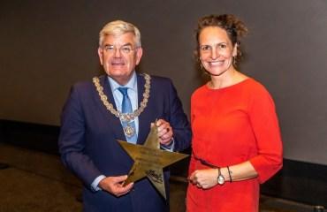 Eerste ScreenX-bioscoopzaal van Nederland geopend door burgemeester Jan van Zanen