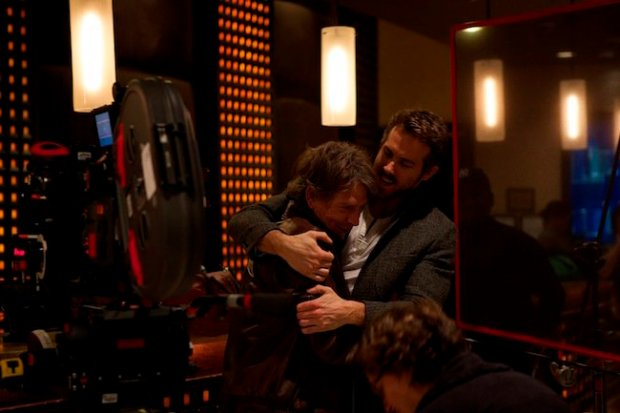 Mendelsohn and Reynolds hug it out off-camera