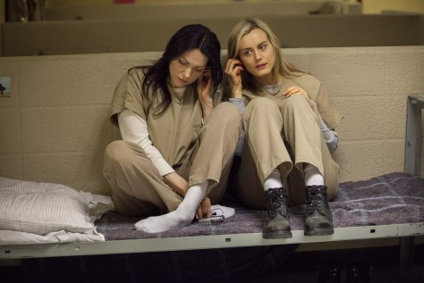 laura prepon en taylor schilling in orange is the new black