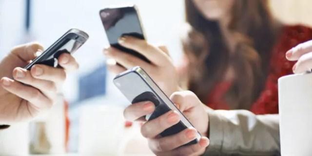 Jóvenes tecleando los móviles
