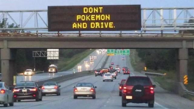 Advertencia de no jugar a Pokémon Go en el auto entretanto conduces