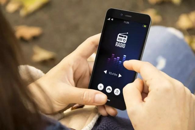 Usuario escuchando la radio FM desde un smartphone