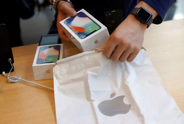 Cliente de Apple comprando un iPhone X