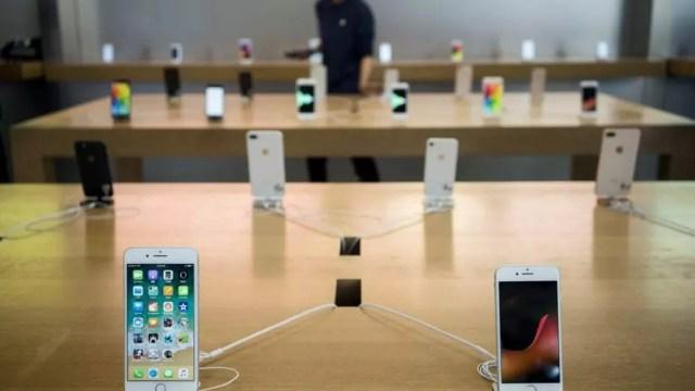iPhones expuestos en una tienda de Apple