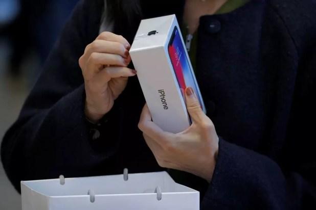 Cliente de Apple comprando un iPhone X