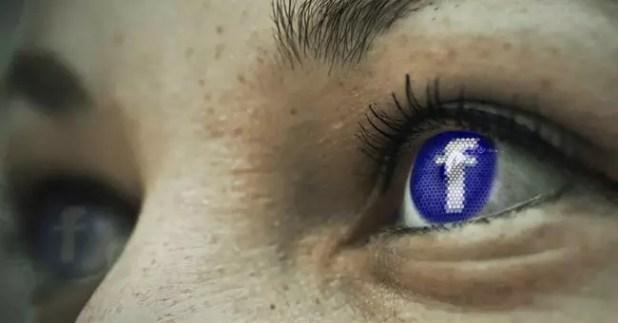 Icono de Facebook reflejado en un ojo humano