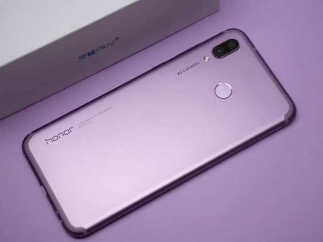 Honor Play con funda de color violeta