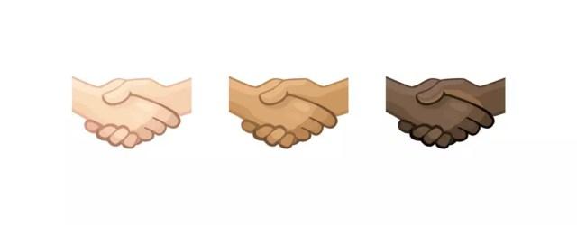 Emoticono de apretón de garras en distintos tonos de piel