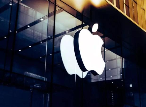 Logo de Apple en la fachada de una de sus tiendas