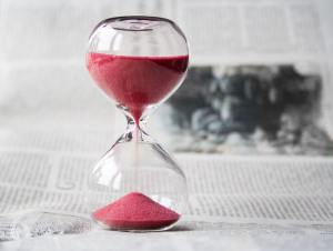 Hourglass with pink sand that helps to calculate How much does it take to move locally?