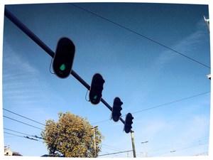 Een stoplicht springt op rood, een ander op groen, in Almelo is altijd wat te doen. Herman Finkers