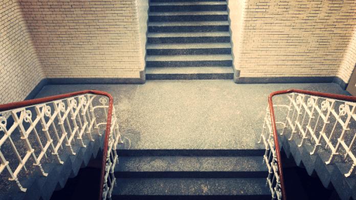 Een vriend is een man die de trappen kent die leiden tot uw vrouw. Alphonse Karr
