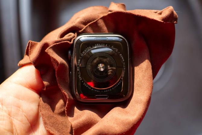 Reinigen der Apple Watch (Rückseite)