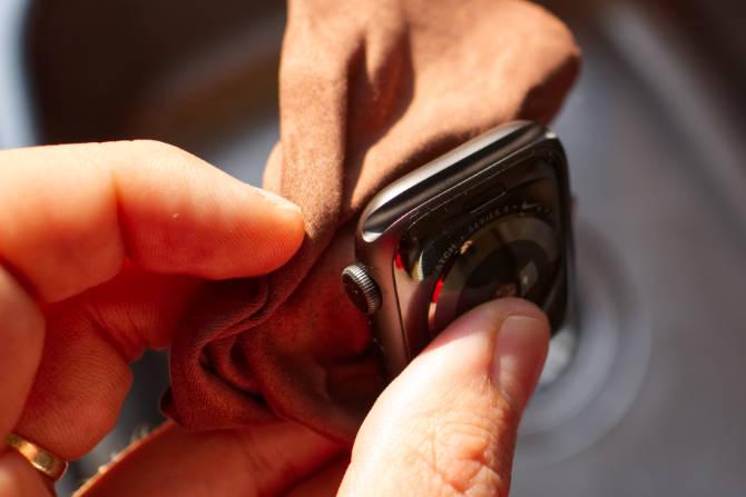 Reinigen der Apple Watch (Bandanschluss)