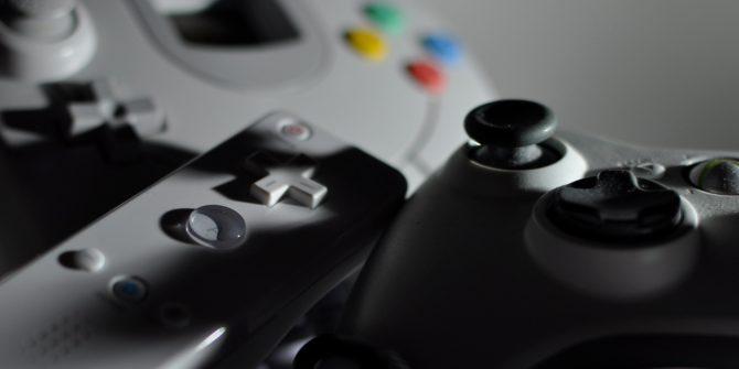 Pile de contrôleurs de jeux vidéo