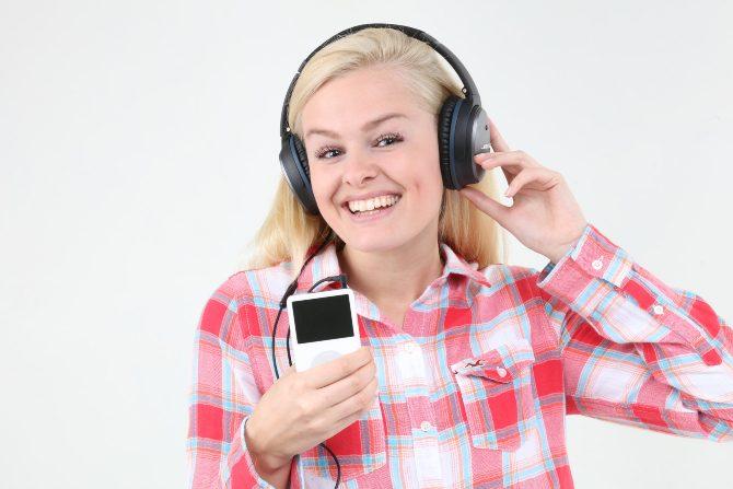 Eine Frau, die einen iPod hört