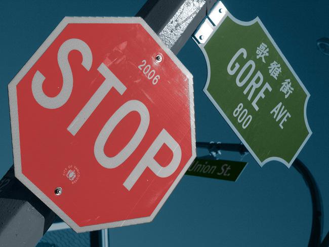 Panneau d'arrêt Gore Ave colorisé ciel photo