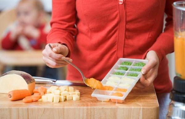 comment économiser de l'argent avec un bébé en préparant de la nourriture pour bébé