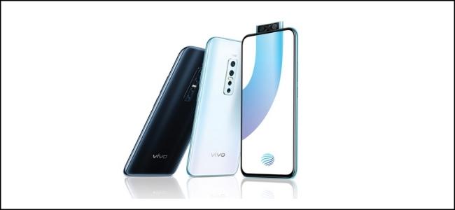 Trois téléphones Vivo, un avec le scanner d'empreintes digitales de la caméra pop-up sur son écran.