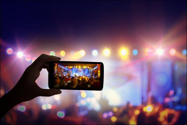 Ein Smartphone, das ein Live-Konzert aufzeichnet.