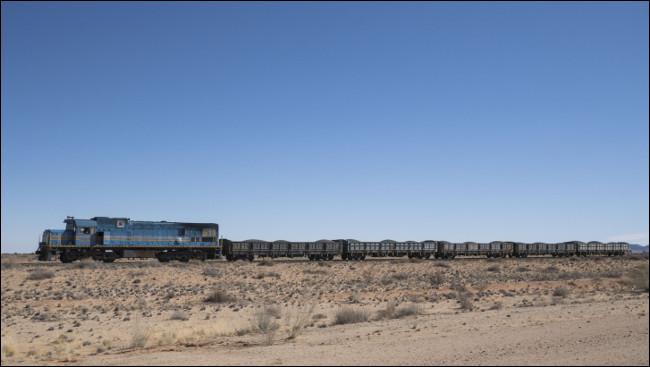 L'image du train ci-dessus recadrée pour enlever le miroir de la voiture.